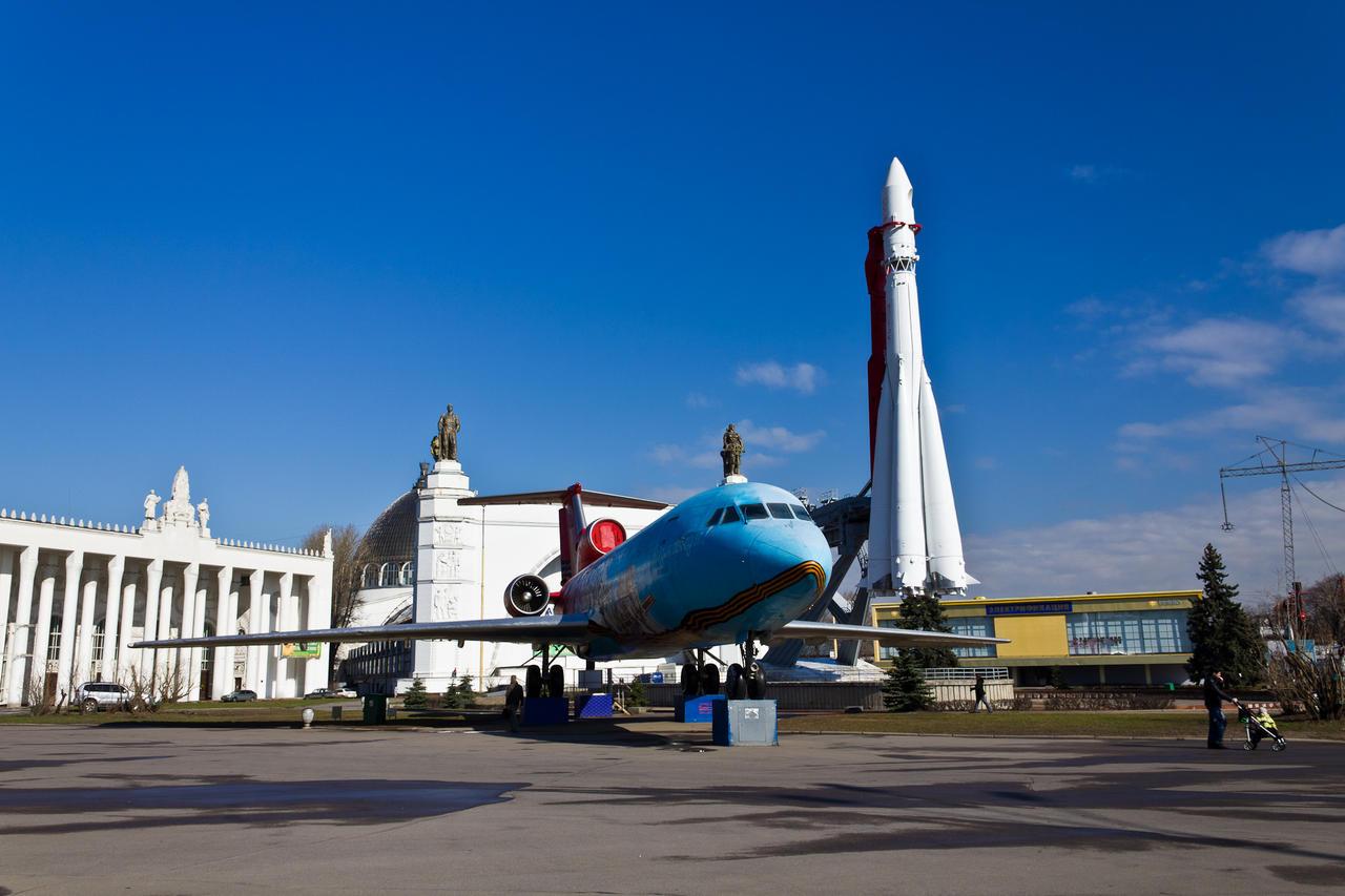 Самолет ЯК-42 и ракета «Восток» на ВВЦ