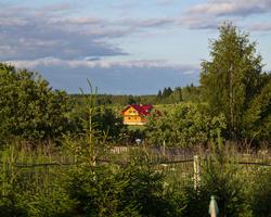 Дача, дом на пригорке